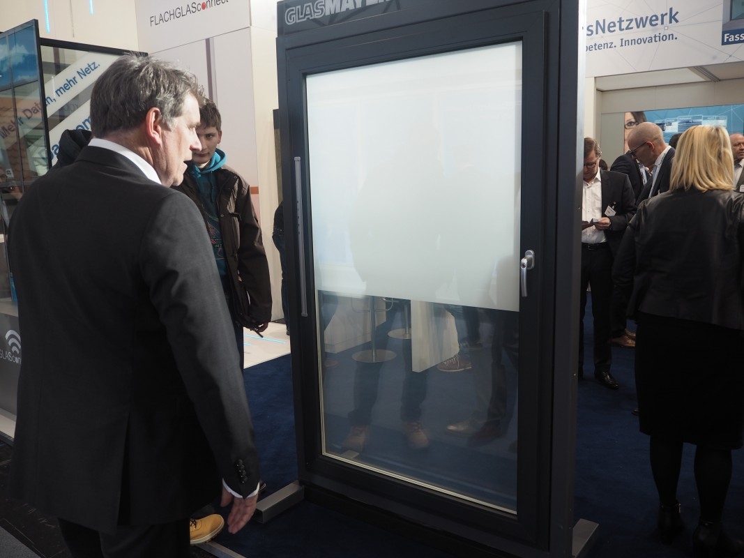 30-Besuch-Lieferanten-Fingerprint-satinieren-Sichtschutz-BAU-Messe-Glas-Rampp-GmbH-Augsburg