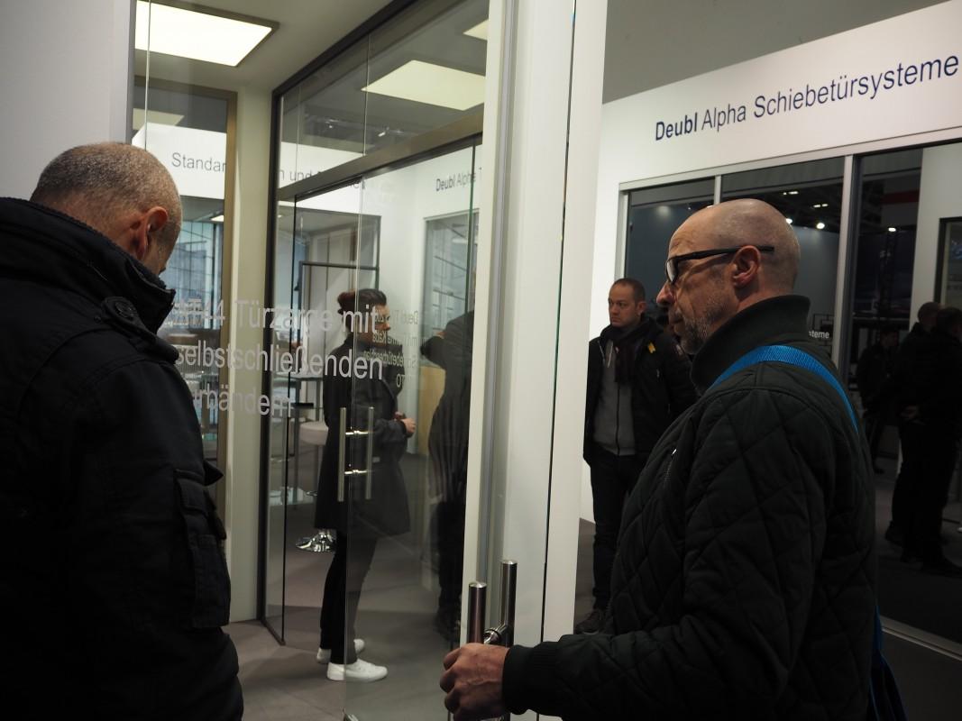 9-Besuch-Lieferantn-Deubl-Alpha-BAU-Messe-Glas-Rampp-GmbH-Augsburg-Schiebetursysteme